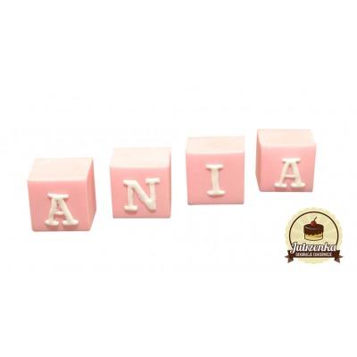 Figurka cukrowa kostka z literkami różowa